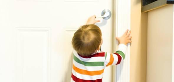 Спасатели вызволили в Дубне полуторагодовалую малышку из запертой комнаты в квартире
